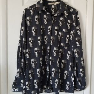 Skull print long sleeve buttoned down top.